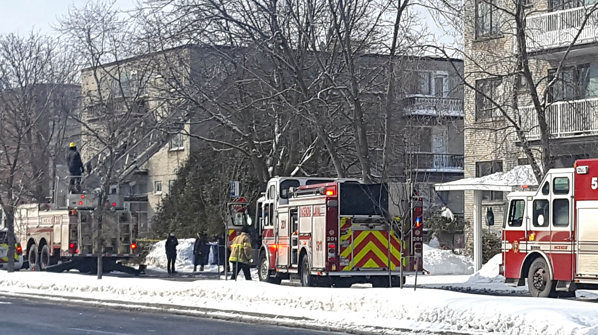 Tuesday afternoon apt. fire snarls traffic on Notre Dame Blvd. in Chomedey